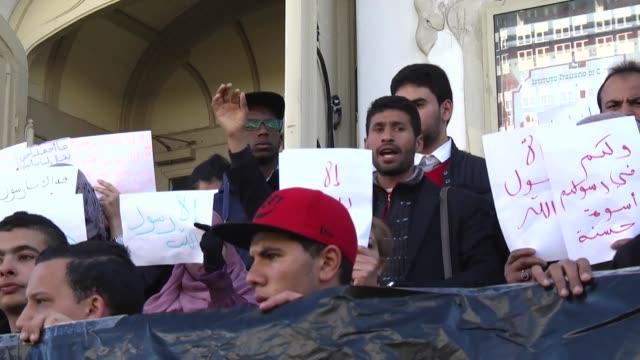 vídeos y material grabado en eventos de stock de tunisians gather to protest against cartoons depicting islam's prophet muhammad by french satirical magazine charlie hebdo in tunis, tunisia on 16... - satírico