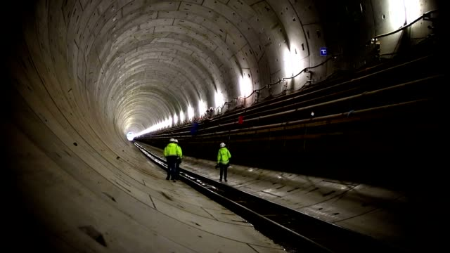 vidéos et rushes de tunnel d'inspection - chantier de construction