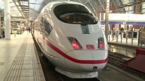 tunnel sous la manche: deutsche bahn peut faire rouler des trains de passagers revoici a des fins d'illustration des images du premier train ice de... - eurotunnel folkestone stock-videos und b-roll-filmmaterial