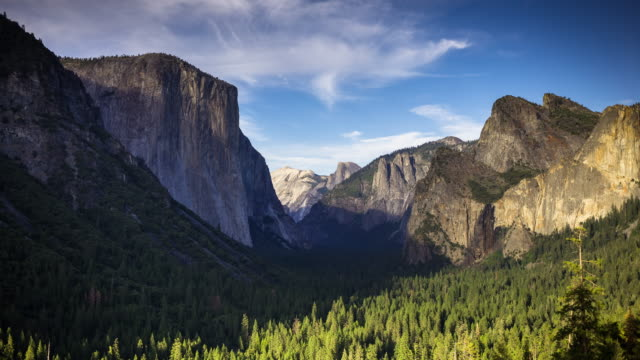 tunnel view, yosemite-nationalpark - zeitraffer - yosemite national park stock-videos und b-roll-filmmaterial