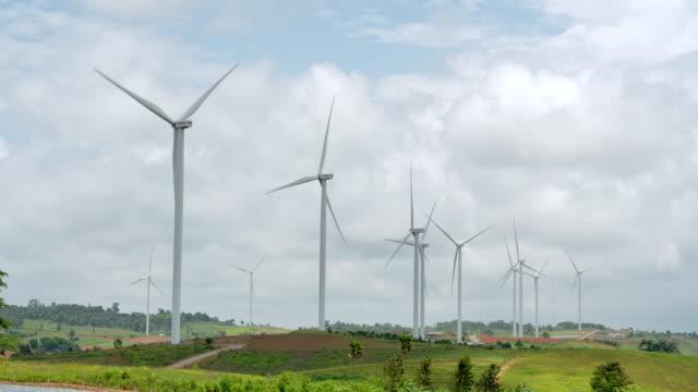 vídeos de stock, filmes e b-roll de campo de turbina 4k usinas de energia renovável, energia eólica. - energia eólica