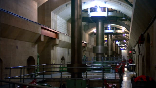 vidéos et rushes de turbines spin in the interior of the hoover dam. - énergie hydrolienne