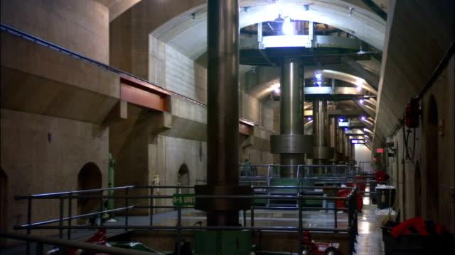 vídeos de stock, filmes e b-roll de turbines spin in the interior of the hoover dam. - represa hoover