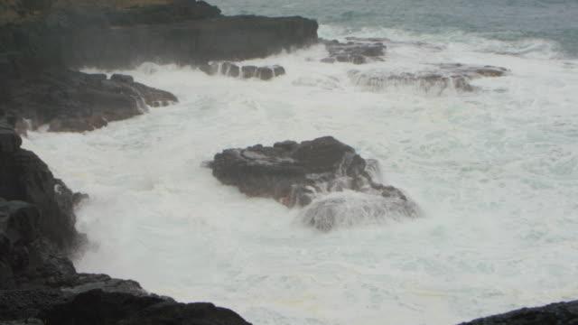 Turbulente golven in rotsen