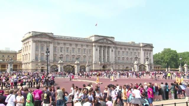turistas acuden este lunes a las puertas del palacio de buckingham de londres donde sera anunciada la hora del nacimiento del bebe asi como su sexo y... - palacio de buckingham stock videos & royalty-free footage