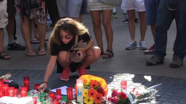 turistas y catalanes seguian conmocionados el viernes un dia despues del atentado yihadista en barcelona que dejó 13 muertos y un centenar de heridos - jihad stock videos & royalty-free footage