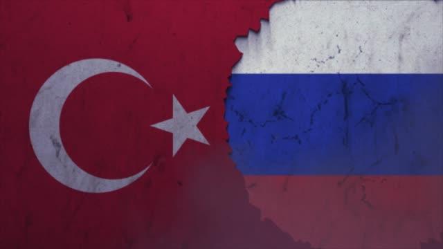 vidéos et rushes de drapeaux de la turquie et de la russie sur la vidéo de stock de mur de pierre - turc