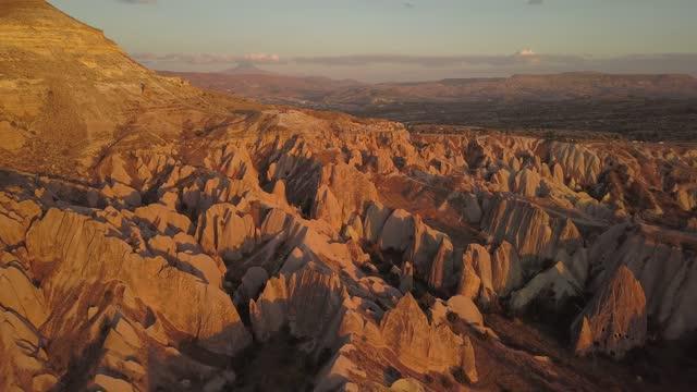 vidéos et rushes de turquie cappadocia fairy chimney love valley pinnacle roches coucher du soleil du crépuscule vidéo avec 4k vidéo stock drone de haute qualité - turquie