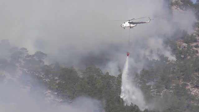 vídeos y material grabado en eventos de stock de turkey continues its tireless efforts to contain forest fires in the silifke and aydincik districts of the country's southern provinces of mersin. a... - turquía