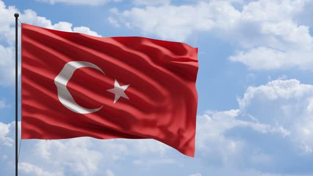 空と雲の背景を持つ風の概念でトルコの旗 - メルセデスベンツファッションウィーク点の映像素材/bロール
