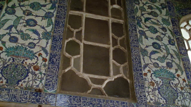 cu, td, turkey, istanbul, topkapi palace, decorated wall and door in baghdad kiosk - stile del xvi secolo video stock e b–roll