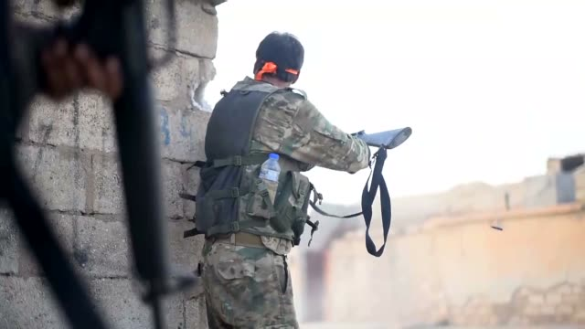 vidéos et rushes de turkey-backed syrian national army soldiers fight against terrorists in the outskirts of northern syria's ras al-ayn district on october 16, 2019 as... - site classé au patrimoine mondial de l'unesco