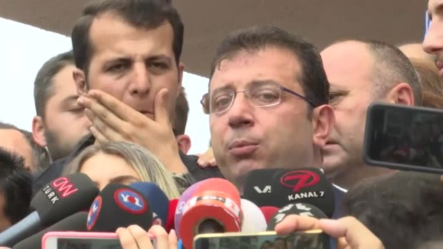 turkey's opposition republican people's party candidate ekrem imamoglu speaks to reporters next to his wife dilek imamoglu after casting their... - sense stock-videos und b-roll-filmmaterial
