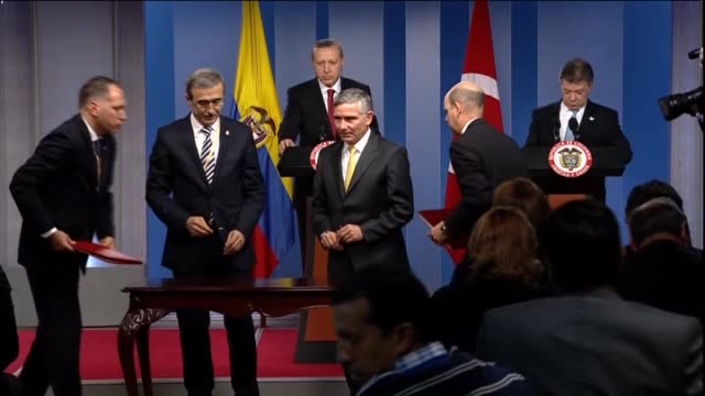 vídeos de stock e filmes b-roll de turkey's president recep tayyip erdogan and colombian president juan manuel santos calderon sign an agreement during a meeting in bogota colombia on... - presidente