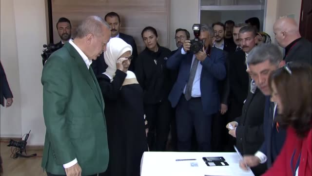 stockvideo's en b-roll-footage met turkey's president recep tayyip erdogan cast his ballot in istanbul in sunday's local elections speaking to reporters after casting his vote erdogan... - stembus