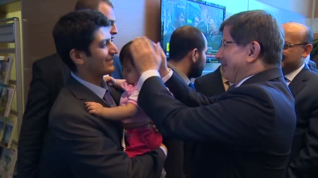 turkey's prime minister ahmet davutoglu comes to gap airport, sanliurfa to meet 49 turkish consulate hostages who have been released early on... - primo ministro turco video stock e b–roll