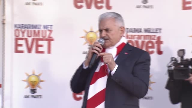 turkey's prime minister and the leader of the turkey's ruling justice and development party, binali yildirim addresses the crowd during a rally... - primo ministro turco video stock e b–roll