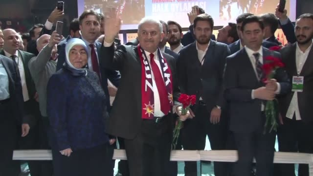 turkey's prime minister binali yildirim leads a rally to urge his country to say yes to boosting president recep tayyip erdogan's powers in a... - türkischer premierminister stock-videos und b-roll-filmmaterial