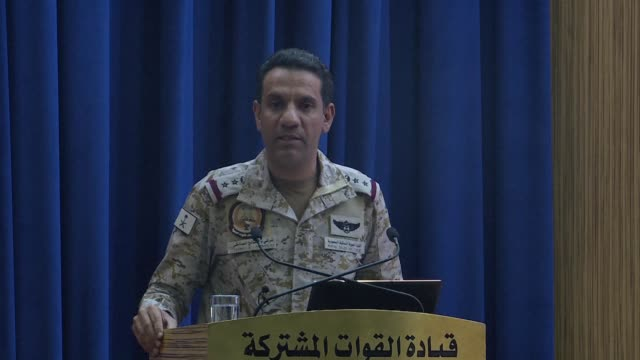 vídeos de stock e filmes b-roll de turki al maliki spokesman of the saudi led coalition in yemen gives a briefing to journalists on the latest situation in hodeida where at least 150... - coligação