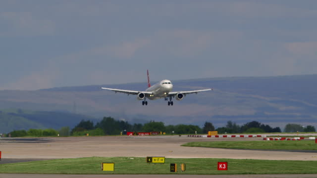 turkish airlines airbus a-321 aircraft tc-jrm at manchester airport, england - landen stock-videos und b-roll-filmmaterial