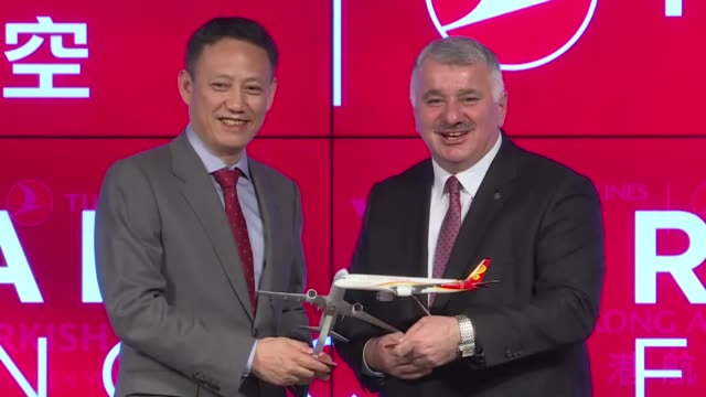 vídeos de stock e filmes b-roll de turkish airlines' ceo bilal eksi and hong kong airlines vice chairman wang liya attend a signing ceremony on october 29, 2018 in istanbul, turkey.... - 50 seconds or greater