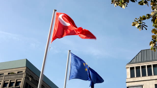 vidéos et rushes de drapeau turc et de l'union européenne - drapeau turc
