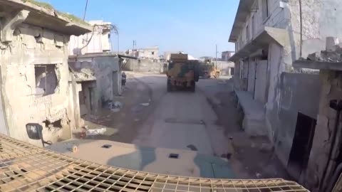 vidéos et rushes de turkish and russian troops carried out their 16th joint patrol along a key highway in idlib city of northwestern syria, turkey's ministry of national... - moscow russia