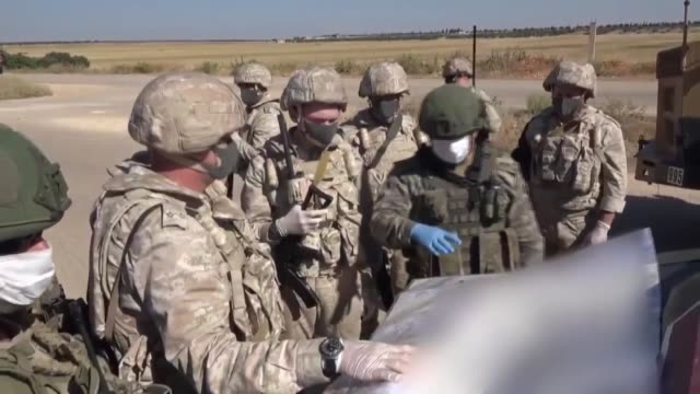 """vidéos et rushes de turkish and russian troops held their 19th joint patrol along the key m4 highway in syria's northwestern province of idlib on july 01, 2020. """"within... - moscow russia"""