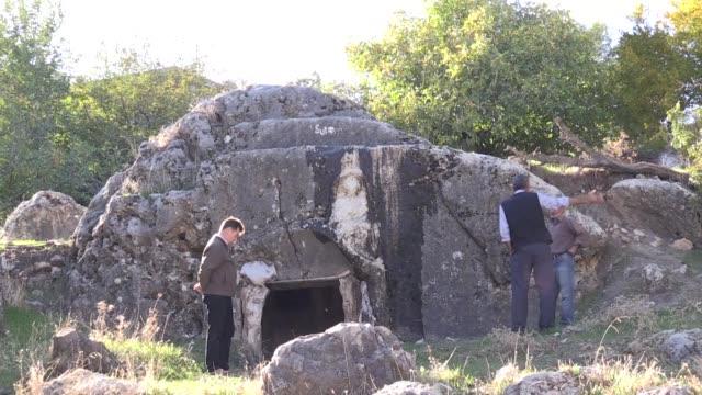 turkish archaeologists unearthed a roman-era rock tomb in adiyaman province of southeastern turkey on november 19, 2018. mehmet alkan, a turkish... - 墓石点の映像素材/bロール