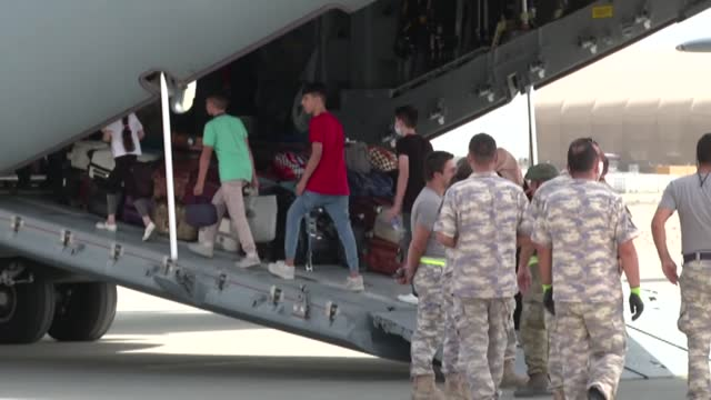 vídeos y material grabado en eventos de stock de turkish armed forces airplane carrying over 200 turkish citizens departed the afghan capital kabul on wednesday, joining an exodus from an uncertain... - kabul