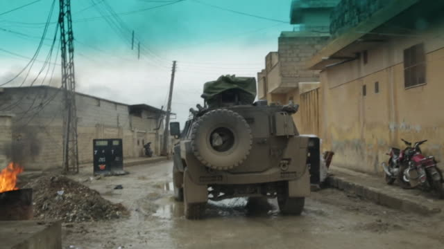 turkish armed forces scanning vehicles and civilians for explosives from inside a tank in azaz syria - mezzo blindato video stock e b–roll
