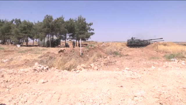turkish armed forces vehicles and tanks are seen at the turkishsyrian border in kilis southeastern province of turkey as the daesh clashes continue... - kampfpanzer stock-videos und b-roll-filmmaterial