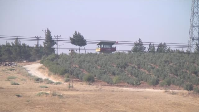 vidéos et rushes de turkish armed forces vehicles and tanks are seen at the turkish-syrian border in gaziantep southeastern province of turkey on july 24, 2015. gunfire... - turquie