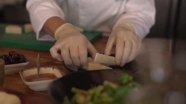 トルコ式朝食の準備中 - シェーブルチーズ点の映像素材/bロール