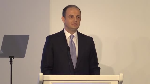 turkish central bank governor murat cetinkaya speaks in a news conference in istanbul turkey on october 31 2018 the turkish central bank on wednesday... - 中央銀行点の映像素材/bロール