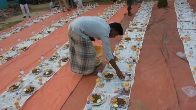 vidéos et rushes de cox's bazar bangladesh may 08 a turkish charity on wednesday served fastbreaking meals or iftar to orphans in bangladesh's cox's bazar the... - orphelin