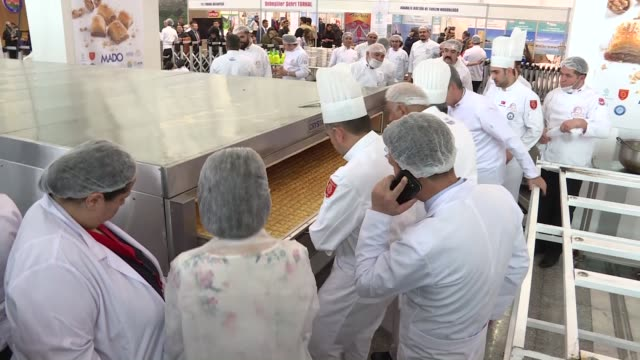 stockvideo's en b-roll-footage met turkish chefs broke new guinness record by making the biggest baklawa of the world a traditional turkish pastry dessert during gastronomy summit in... - videoato