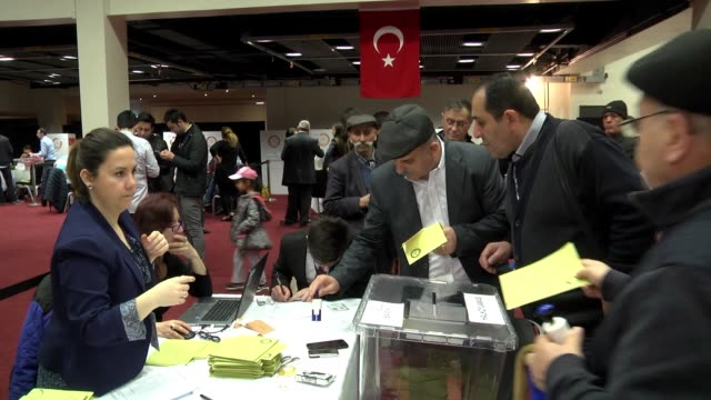 vídeos de stock, filmes e b-roll de turkish citizens cast their votes prior to turkey's upcoming constitutional referendum at polling center in london england on april 6 2017 turkey... - 2017
