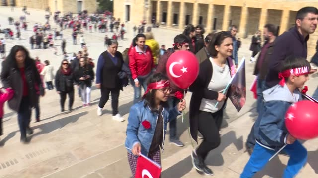 vídeos de stock, filmes e b-roll de turkish citizens visit anitkabir the mausoleum of turkish republic's founder mustafa kemal ataturk on the occasion of the national sovereignty and... - mausoleum
