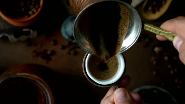 vídeos de stock, filmes e b-roll de preparação e apresentação turcas do café (vista superior) - derramando um copo do café turco - preparando comida
