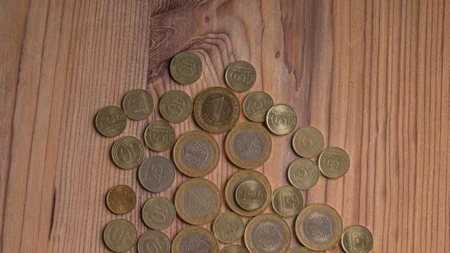 テーブルにトルコのコイン。 - 25セント硬貨点の映像素材/bロール