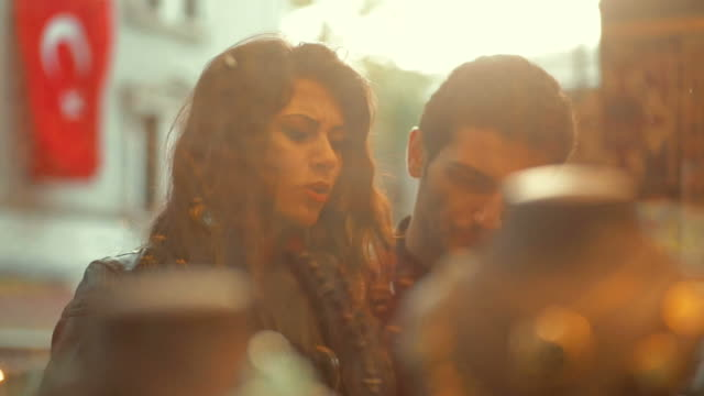 vídeos de stock, filmes e b-roll de turkish casal compras de janela - turquia
