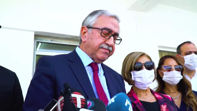 turkish cypriot presidential candidate mustafa akinci casts his ballot at a polling station during the second round of presidential elections in... - 出来事の発生点の映像素材/bロール