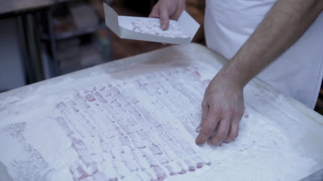 stockvideo's en b-roll-footage met turkish delight making - turks fruit