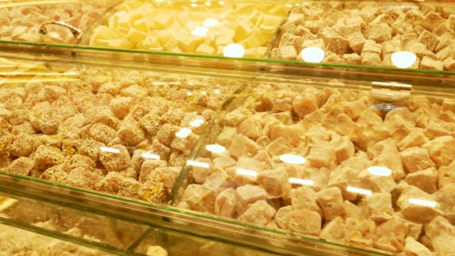 stockvideo's en b-roll-footage met turkse lekkernijen in een oude bazaar in istanbul turkije, 4k resolutie. - grote bazaar van istanboel istanboel