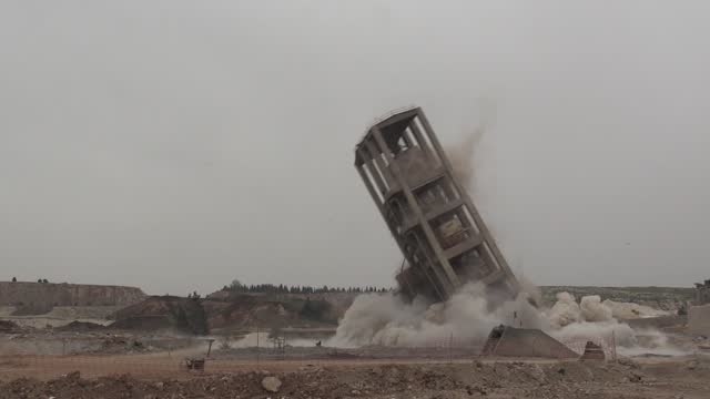 vídeos y material grabado en eventos de stock de turkish demolition expert blew up a 65-meter-high silo in seconds in the country's southeastern province. working in 18 countries such as azerbaijan,... - 40 seconds or greater
