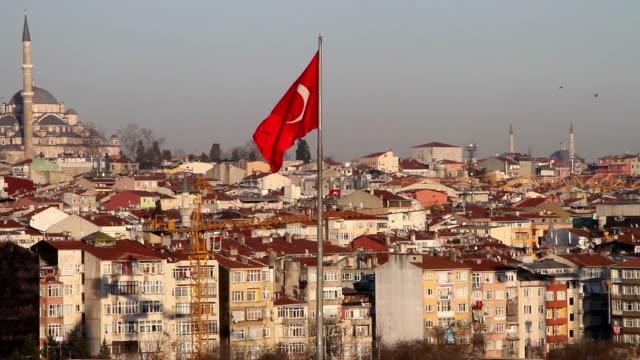 vidéos et rushes de drapeau turc et fatih mosquée à istanbul - drapeau turc