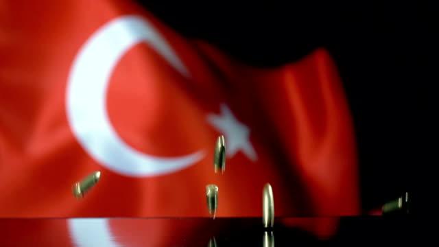 vidéos et rushes de drapeau turc derrière des balles tombant au mouvement lent - drapeau turc