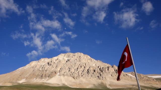 stockvideo's en b-roll-footage met turkse vlag in bergen - sunny