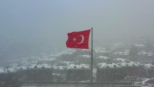 雪の中のトルコ国旗 v2 - 旗棒点の映像素材/bロール